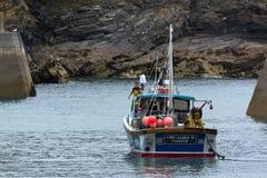 口岸以撒, CORNWALL/UK - 8月13日:在口岸以撒的渔船 库存图片