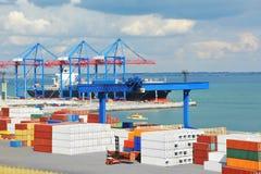 口岸货物起重机、船和容器 免版税图库摄影
