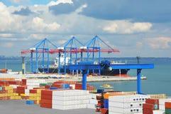 口岸货物起重机、船和容器 库存照片