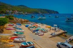 口岸D安德拉特斯,西班牙- 2017年8月18日:与许多小船的鸟瞰图在安德拉特斯港在马略卡,在西班牙 免版税库存图片
