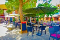 口岸D安德拉特斯,西班牙- 2017年8月18日:椅子和桌室外看法在口岸的d Andratrx,西班牙一个公园 库存照片