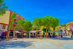 口岸D安德拉特斯,西班牙- 2017年8月18日:椅子和桌室外看法在口岸的d Andratrx,西班牙一个公园 免版税库存图片