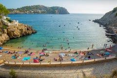 口岸D安德拉特斯,西班牙- 2017年8月18日:享用在安德拉特斯口岸的未认出的人民海滩在拜雷阿尔斯的马略卡 免版税图库摄影