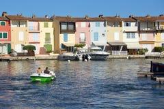 口岸GRIMAUD,普罗旺斯,法国- 2016年8月23日:假日制造者在这个相当法国海滨村庄b附近享受在小船的乘驾 免版税图库摄影