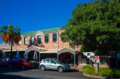 口岸Macquarie澳大利亚有商店和咖啡馆的市街道 免版税库存图片