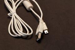 口岸usb细节白色缆绳在黑背景中 免版税库存图片