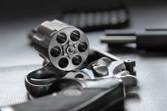 357口径左轮手枪手枪,开放的左轮手枪准备投入子弹 免版税库存图片