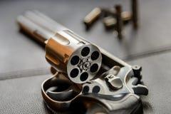 357口径左轮手枪手枪,开放的左轮手枪准备投入子弹 图库摄影