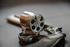 357口径左轮手枪手枪,开放的左轮手枪准备投入子弹 库存图片