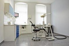 口腔实习的现代明亮的治疗室 免版税图库摄影