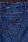 口袋蓝色牛仔裤 棉花牛仔布详细资料织品牛仔裤纹理 库存照片