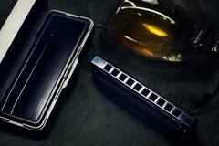 口琴、法国竖琴或者口琴 在黑暗的背景的蓝色竖琴 库存照片