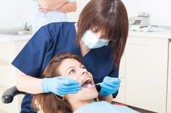 口头清洁保健员在工作 库存图片
