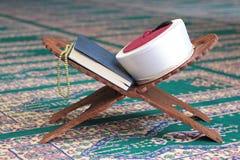 古兰经、阿訇菲斯和在一个木立场的念珠小珠在清真寺 免版税库存照片