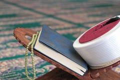 古兰经、阿訇菲斯和在一个木立场的念珠小珠在清真寺 图库摄影