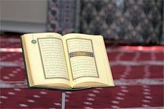 古兰经,在一个木立场在清真寺 库存图片