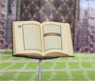 古兰经,在一个木立场在清真寺 免版税库存照片