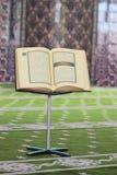 古兰经,在一个木立场在清真寺 免版税库存图片