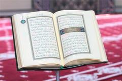古兰经,在一个木立场在清真寺 库存照片