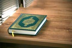 古兰经在清真寺 免版税库存照片