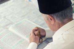 读古兰经的一个老人 图库摄影