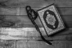 古兰经-穆斯林、ฺblack和白色样式被过滤的照片圣经  库存图片