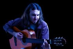 古典吉他人使用 免版税库存图片