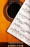 古典吉他和笔记 免版税图库摄影