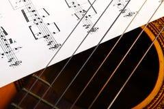 古典吉他和笔记 库存图片