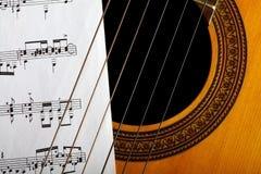 古典吉他和笔记 库存照片