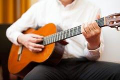 古典吉他弹奏者 免版税库存照片