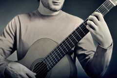 古典吉他演奏员细节 免版税库存照片