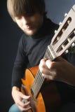 古典吉他演奏员细节 免版税库存图片
