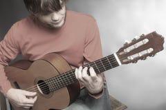 古典吉他演奏员细节 库存图片