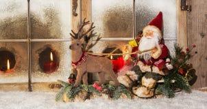 古典圣诞节装饰:在驯鹿b的圣诞老人骑马 图库摄影
