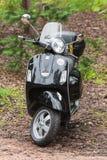 黑古典意大利滑行车大黄蜂类比雅久 图库摄影