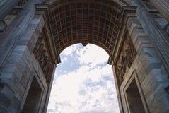 古典曲拱和快速的云彩 免版税图库摄影