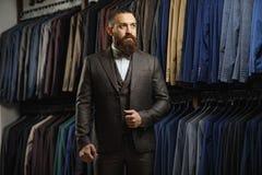 古典服装衣服的英俊的典雅的年轻时尚人 免版税库存图片