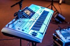 古典电子音乐键盘视图蓝色音乐会点燃bokeh背景音乐家 免版税库存图片