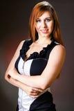黑古典礼服姿势的美丽的妇女 免版税库存图片