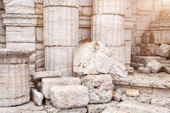 古典老希腊专栏和墙壁背景与马头的石地板和雕塑 库存照片