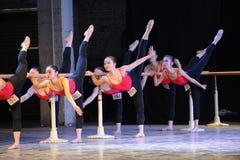 古典芭蕾基本的技巧基本的舞蹈培训班 免版税图库摄影