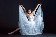 古典芭蕾舞女演员的画象白色礼服的在黑背景 图库摄影