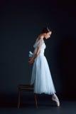 古典芭蕾舞女演员的画象白色礼服的在黑背景 免版税库存图片