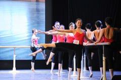 古典芭蕾训练基本的舞蹈培训班 免版税库存图片