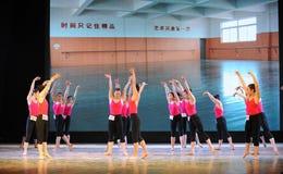 古典芭蕾训练基本的舞蹈培训班 免版税图库摄影