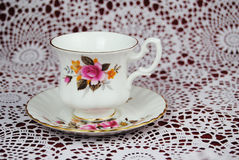古典茶杯在钩针编织桌布 免版税图库摄影