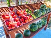 古典路希腊立场机架架子板桌用汽车旅行的游人的五颜六色的果子桃子无花果西瓜Gre的 库存图片