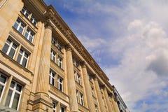 古典门面和蓝天在法兰克福 免版税库存照片