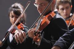 古典音乐。音乐会的小提琴手 免版税库存照片